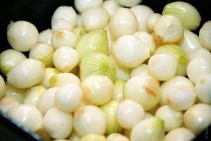 Как хранить очищенный лук?