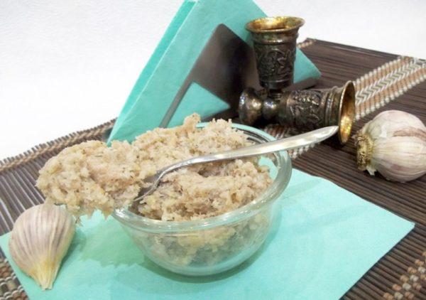 Как хранить чеснок в домашних условиях в квартире зимой: в холодильнике, банках, в соли, очищенный или молотый?