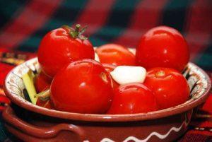 Бочковые зеленые помидоры в ведре