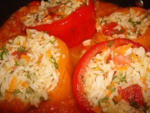 Перец. фаршированный капустой и морковью